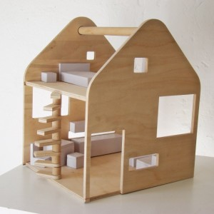 Drewniany domek dla lalek od Maszyna Kreacji