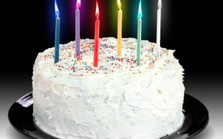 kolorowe swieczki na tort