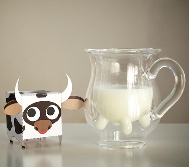 Uroczy krowi dzbanek do mleka