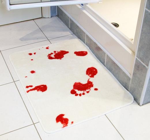 Krwawy dywanik łazienkowy rodem z horroru