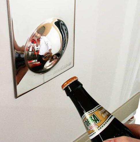Magnetyczny otwieracz do butelek na lodówkę