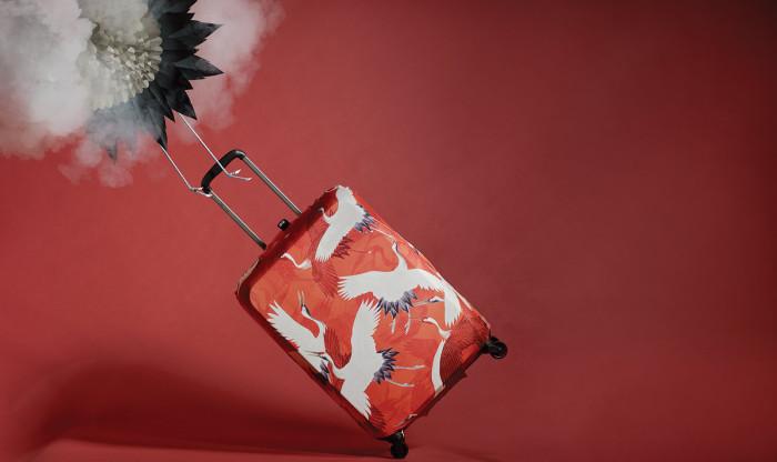 Stylowy pokrowiec na walizkę z serii Museum firmy Loqi