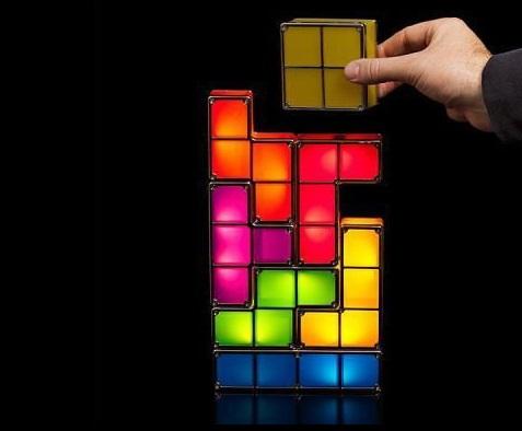 Kolorowa lampka tetris z siedmioma ruchomymi elementami