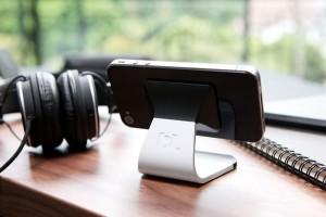 Elegancki stojak na smartfona z mikroprzyssawkami od Bluelounge