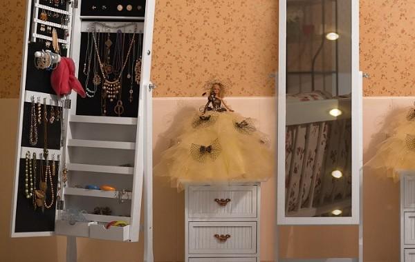 szafka na biżuterię z lustrem