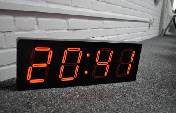 Duży, prostokątny zegar ledowy firmy Nextime