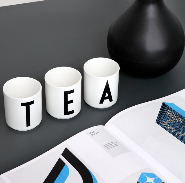 Porcelanowy kubek z literą od Design Letters