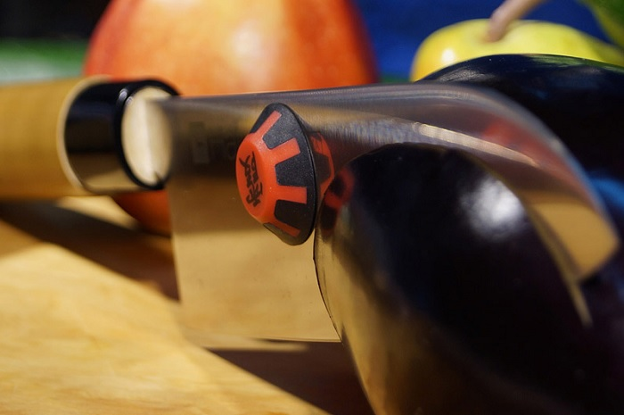 Magnetyczna nakładka na nóż ułatwiająca krojenie marki Kasumi-Oshi