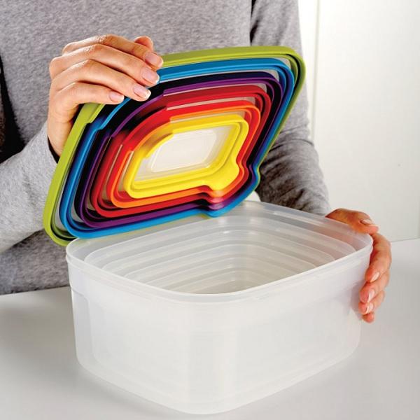 Tęczowe pudełka wkładane jedno w drugie z serii Nest marki Joseph Joseph