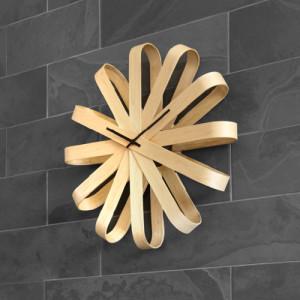 Drewniany zegar wstążka Ribbon marki umbra