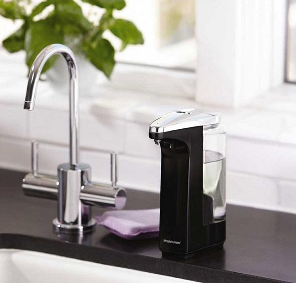 Bezdotykowy dozownik do mydła od Simplehuman