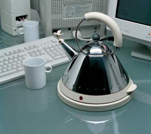Retro czajnik elektryczny z dekoracyjnym gwizdkiem od Alessi