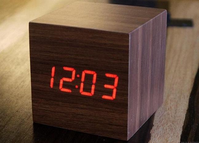 elektroniczny zegar drewniany klocek