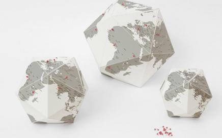 tekturowy globus z pinezkami
