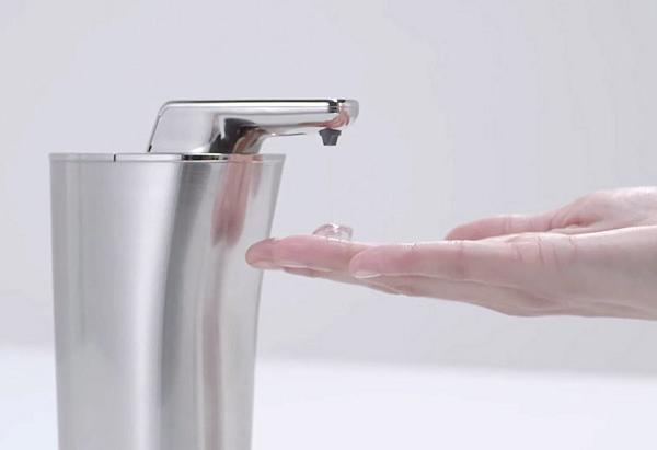 Stalowy bezdotykowy dozownik do mydła w płynie marki Simplehuman