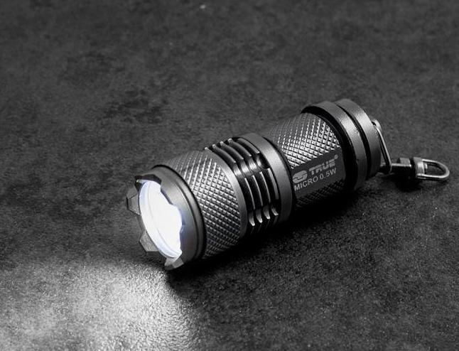 Podręczna mini latarka marki True Utility