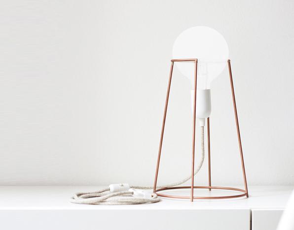 Miedziana minimalistyczna lampka Agraffe marki Eno Studio