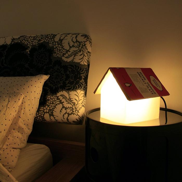 Lampka domek z dachem z książki