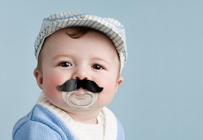 Zabawny smoczek z wąsami