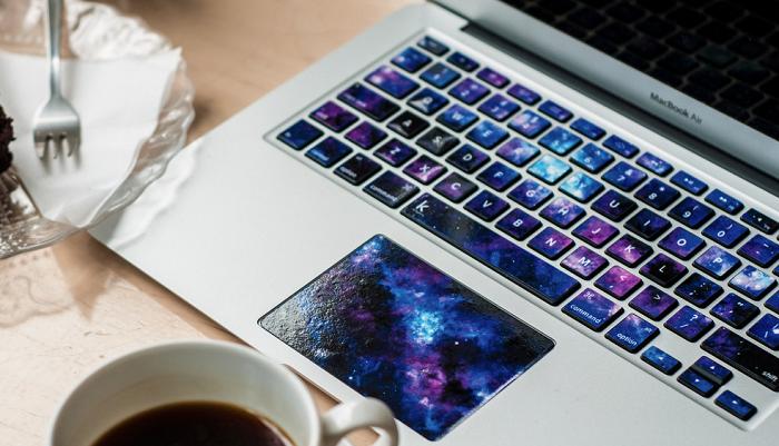 Kosmiczna naklejka na klawiaturę Macbook'a marki Keyshorts