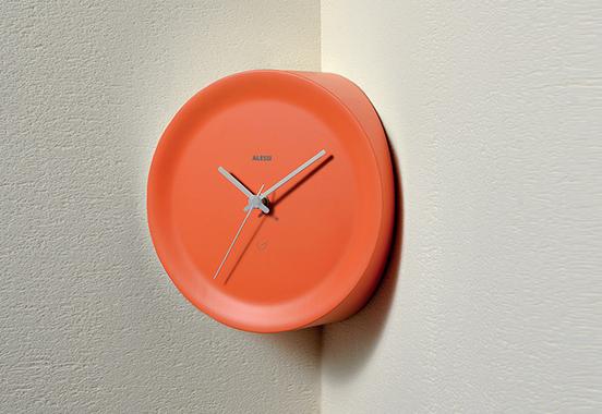 Ścienny zegar narożny marki Alessi