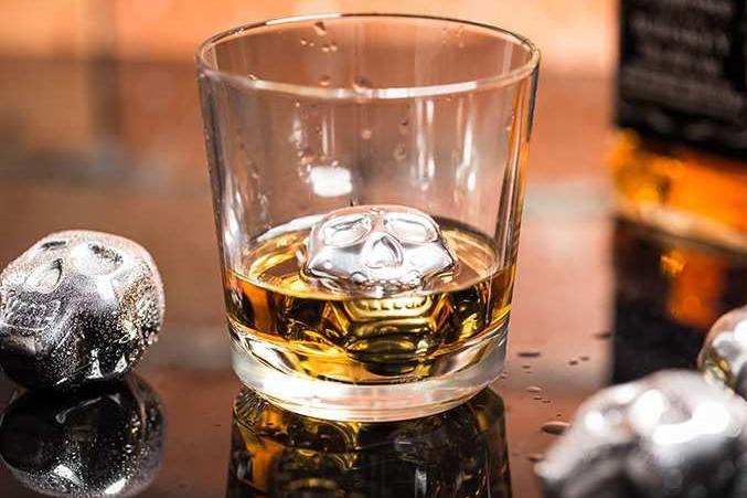 Chłodzące metalowe czaszki do drinków