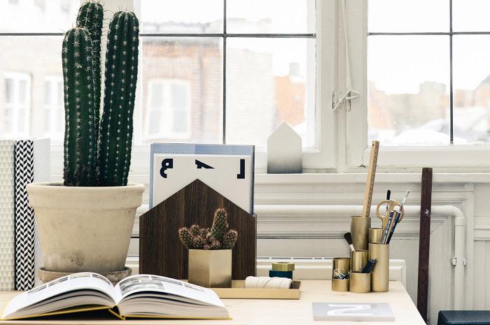 Stojak na gazety drewniany domek od Ferm Living