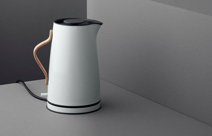 Stylowy czajnik elektryczny z drewnianą rączką Stelton
