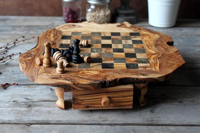 Przepiękne drewniane szachy z szufladą na pionki