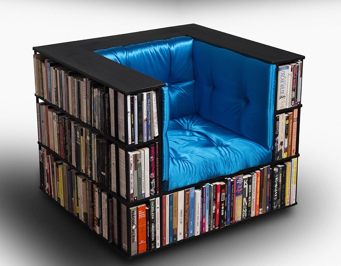 Fotel z półkami na książki