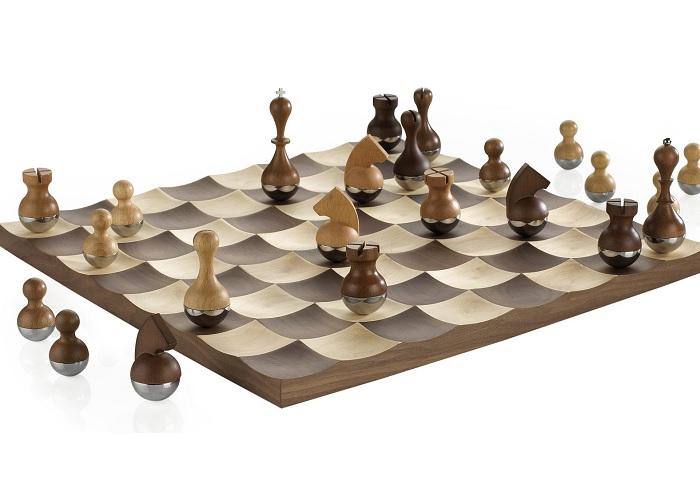 Kiwające się szachy Wobble marki Umbra