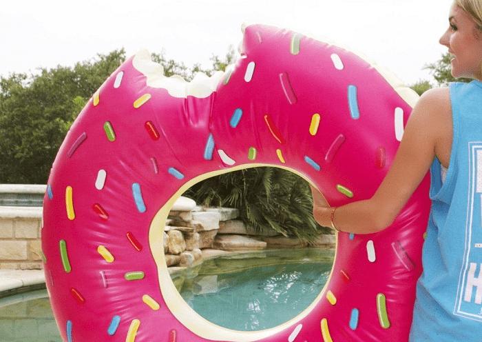 Nadgryziony basenowy donut do pływania