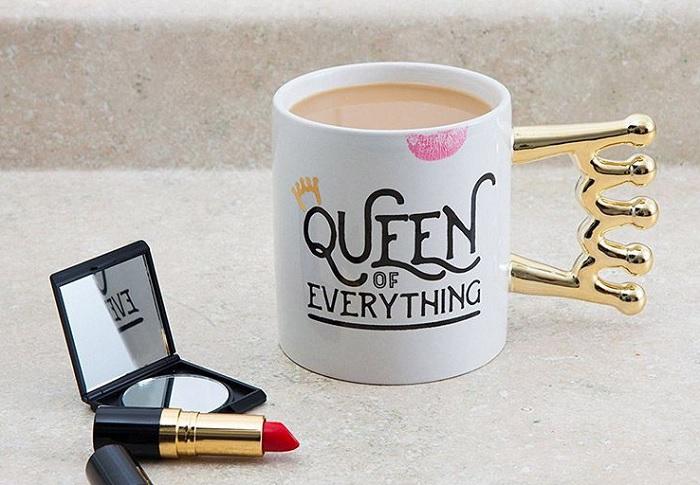 Kubek królowej z uchem w kształcie korony
