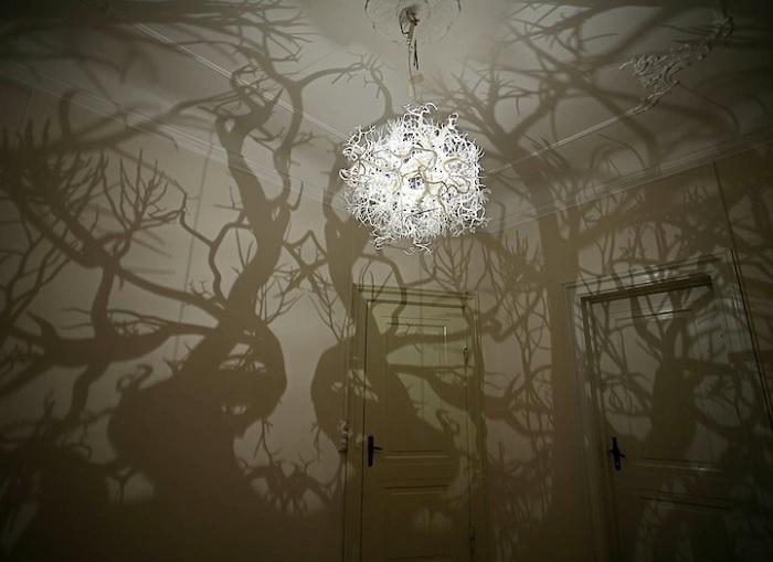 lampa cienie drzew