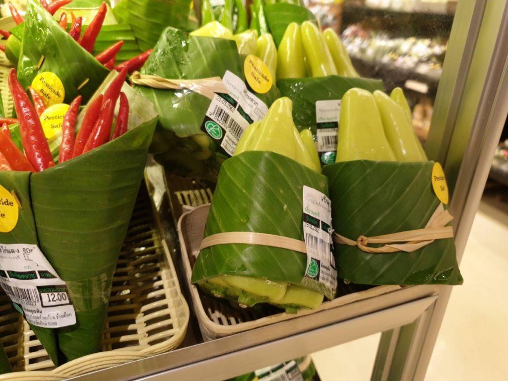 Jeden z tajskich sklepów postanowił używać liści bananowca zamiast plastikowych opakowań