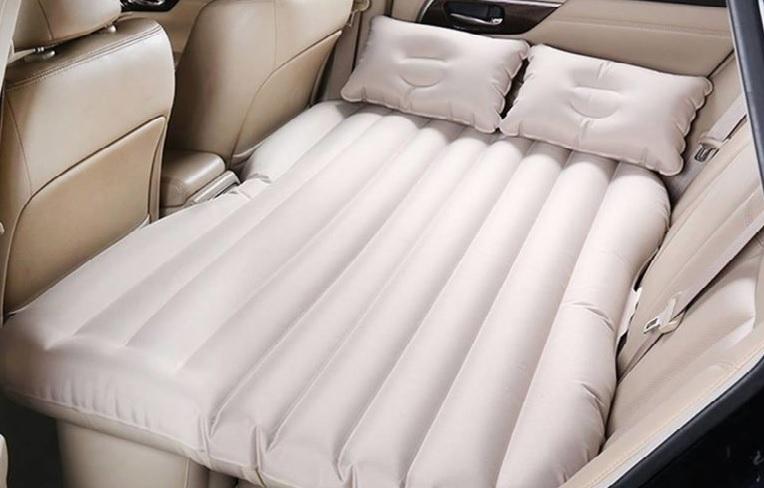Dmuchany materac na tylne siedzenie auta