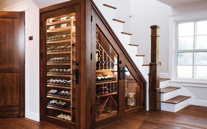 pod schodami schowek na wino