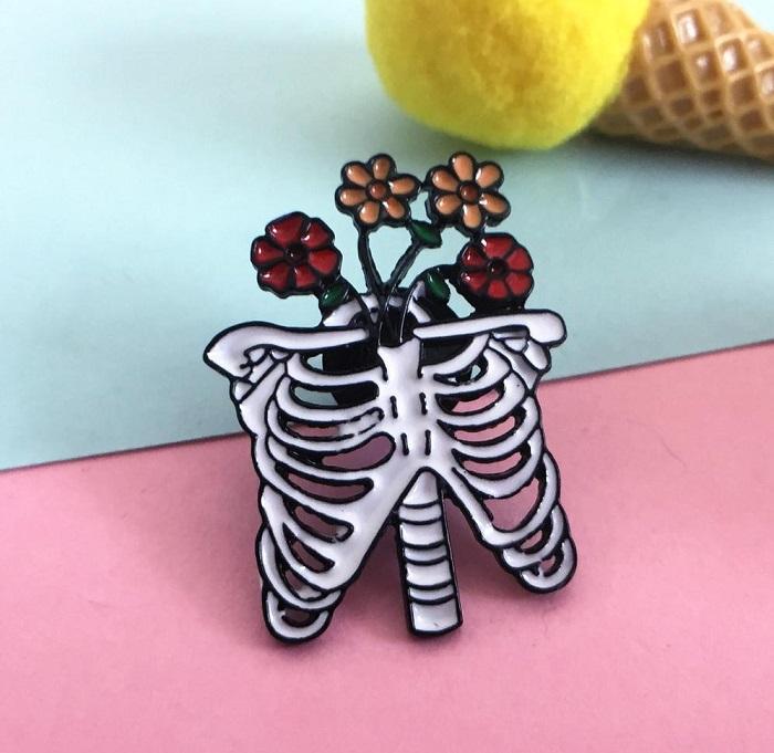 przypinka kości z kwiatami