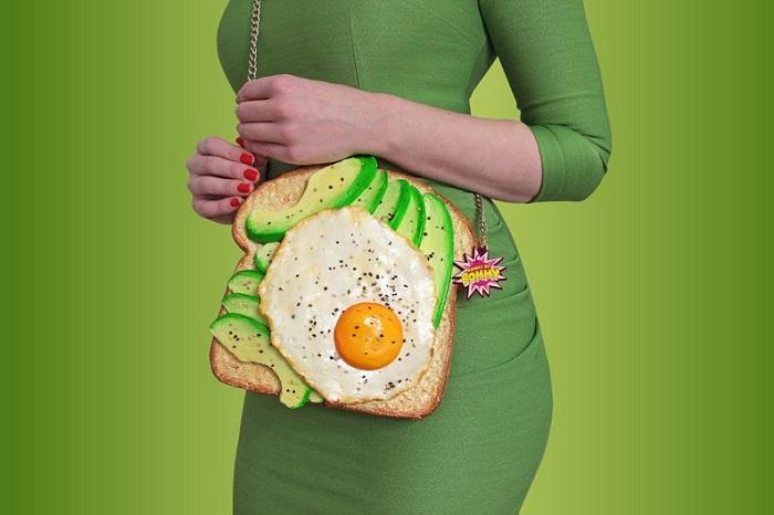 torebki jedzenie tost z jajkiem i awokado