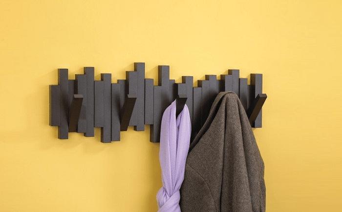 Dekoracyjny wieszak z chowanymi haczykami Sticks marki Umbra